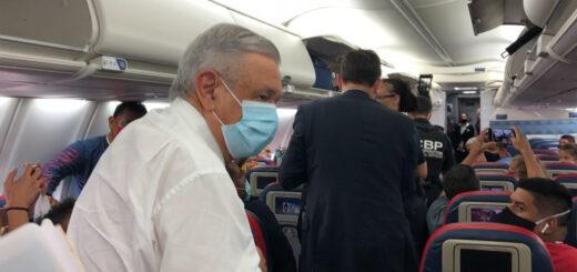AMLO viaja en avión a Acapulco; de nuevo usa cubrebocas