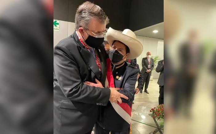 Marcelo Ebrard compartió una foto de su encuentro con Pedro Castillo, nuevo presidente de Perú