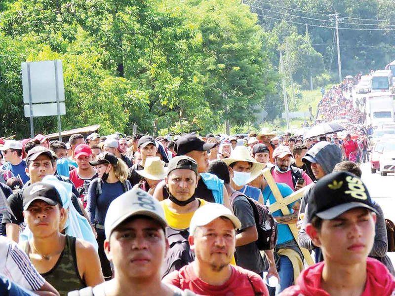 Avanzan migrantes, algunos con amparo; caravana transita por Chiapas rumbo a la CDMX